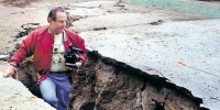 Shmuel Thaler/Sentinel.Geologist Jim Berkland, who claims to have predicted the Loma Prieta Earthquake walks in a fissure caused by the quake near Summit Road on October 19, 1989. (Credit: ©/Santa Cruz Sentinel/ZUMA Press/Global Look Press) - ИА Агентство Деловой Информации